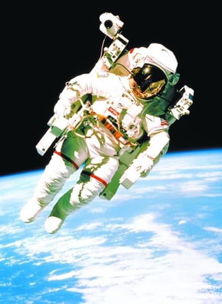 1984年2月7日,宇航员布鲁斯·麦克坎德雷斯成为历史上首位依靠载人机动装置、无安全索在太空飞行的人。