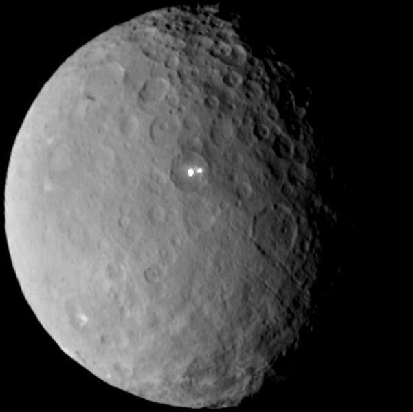最新观测到谷神星表面的神秘亮点很可能是冰水物质结合水蒸汽羽流