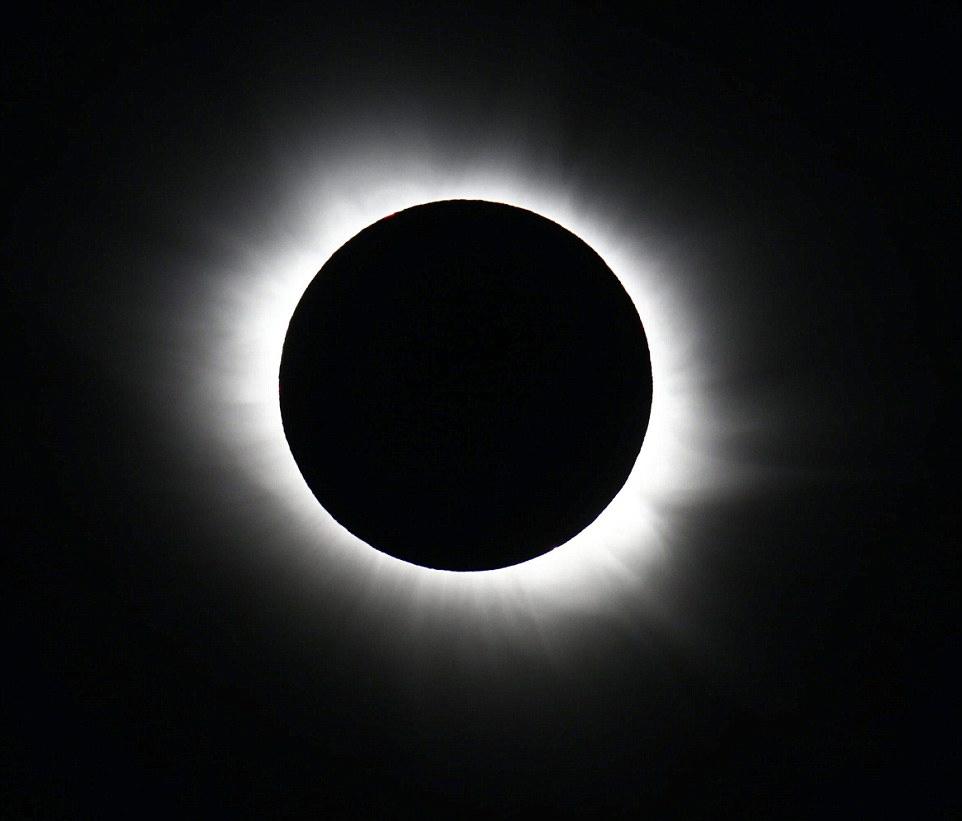 图为在挪威的斯瓦尔巴特群岛上拍摄到的日全食完整照片。这是1954年以来挪威本土再次迎来日全食。根据挪威当地天文学家的预测,距离下次日全食发生挪威时间还要等上46