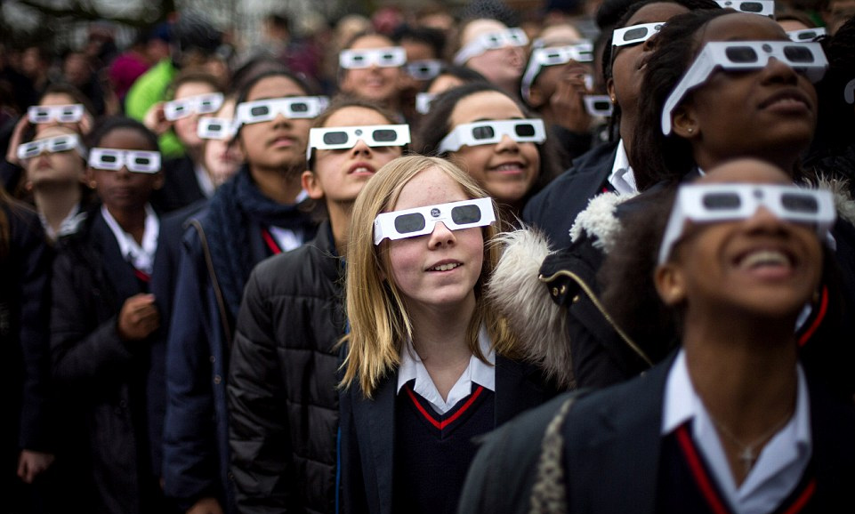 图为英国格林威治,学生正在观测日食。