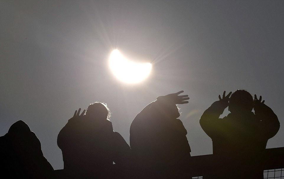 尽管人们戴上了眼镜观测日食,但仍需要用手遮挡部分阳光以防眼睛被灼伤。对于观测日全食或者日偏食的工具,媒体提醒,观测者不能用肉眼直接观察,而需要佩戴专用的日食观测
