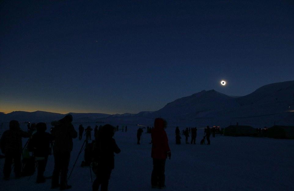 挪威的斯瓦尔巴特群岛是全球少数可以观测到日全食的地区。根据挪威气象局的预测,食甚即月球与太阳重合的时长约为两分半钟,整个斯瓦尔巴群岛将完全被黑暗笼罩。