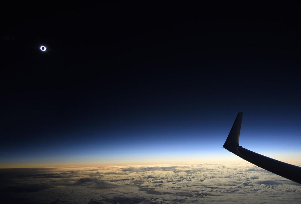 图为当地时间2015年3月20日,荷兰首都阿姆斯特丹上空,一架航班上观测到的日食。