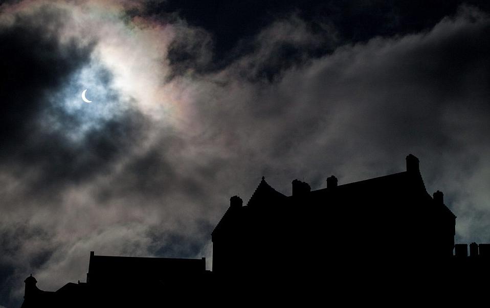 苏格兰的首都爱丁堡城堡看到的日食