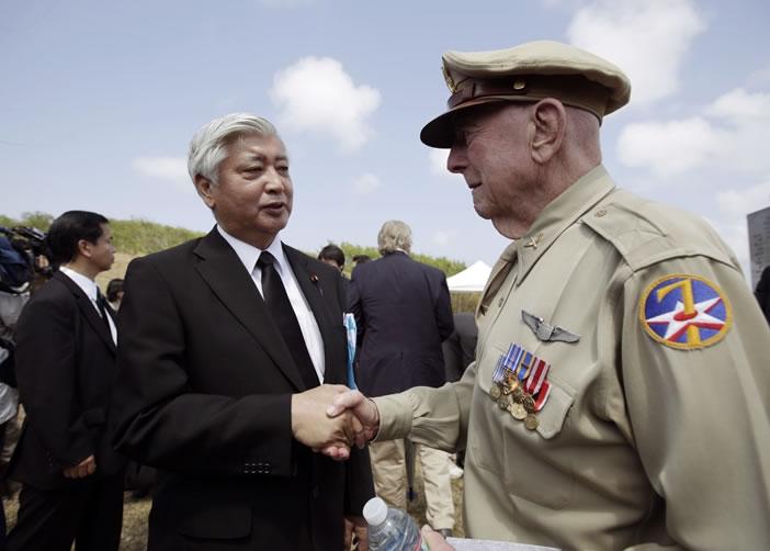 中谷元(左)与退役美国老兵握手