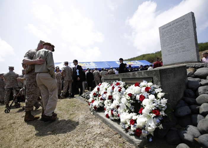 一名退役美国老兵追忆阵亡同袍时感伤心,要一名现役美军士兵安慰。
