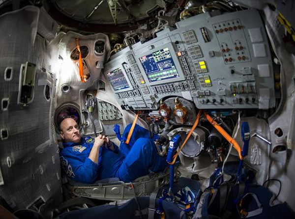 """莫斯科星城的尤里-加加林宇航员培训中心,美国宇航局宇航员斯科特-凯利坐在""""联盟""""号飞船的模拟器里。3月28日,斯科特将与俄罗斯联邦航天局宇航员米哈伊尔-科尔尼杨"""