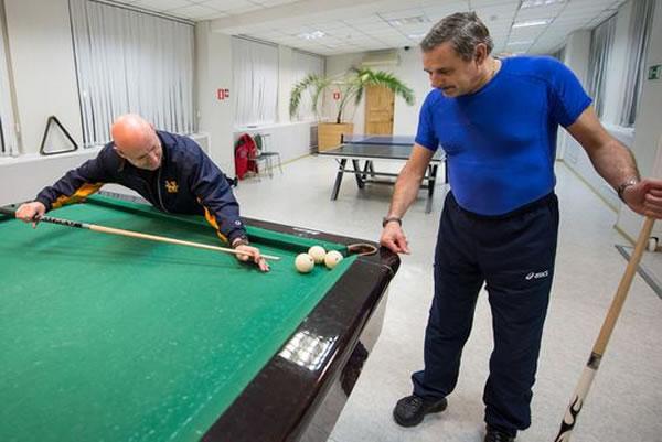 """哈萨克斯坦拜科努尔的宇航员酒店,美国宇航员斯科特正与俄罗斯宇航员米哈伊尔打台球。3月28日,两人将搭乘""""联盟""""号飞船奔赴国际空间站,而后开始为期一年的太空任务。"""