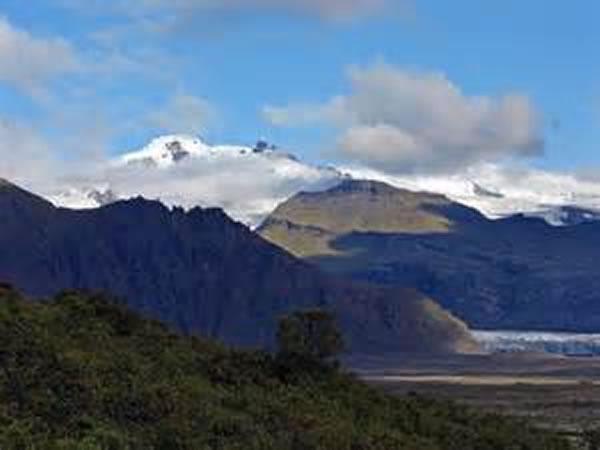 对来自冰岛东南地区的火山岩的一项研究发现了来自大陆地壳的化学成分,这提示在大约5000万年前从格陵兰分离出来的Jan Mayen微大陆可能埋在这个地区之下。