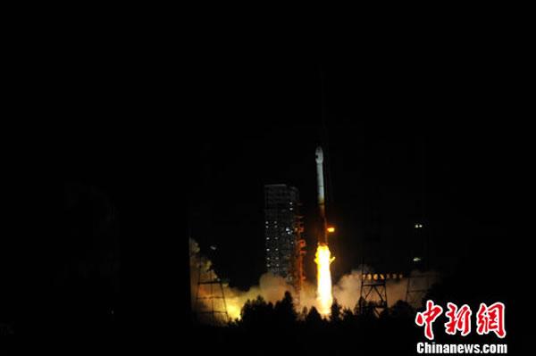 3月30日21时52分,中国在西昌卫星发射中心用长征三号丙运载火箭,成功将首颗新一代北斗导航卫星发射升空,卫星顺利进入预定轨道。田兆运 摄