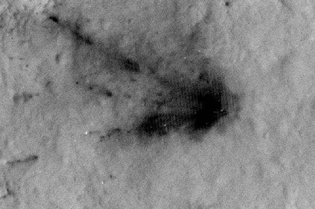 天空起重机刚刚坠毁时火星表面被爆炸和火焰熏黑