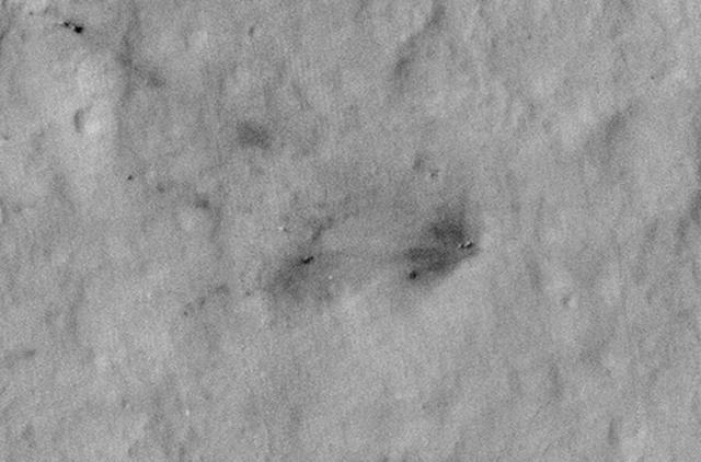 30个月后,天空起重机的残骸和被熏黑的火星表面又恢复了原貌