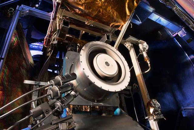美国宇航局工程师所研发的新型霍尔推进器具有更高效、更长寿命、更大功率的特点,其效率比旧型号提高了50%