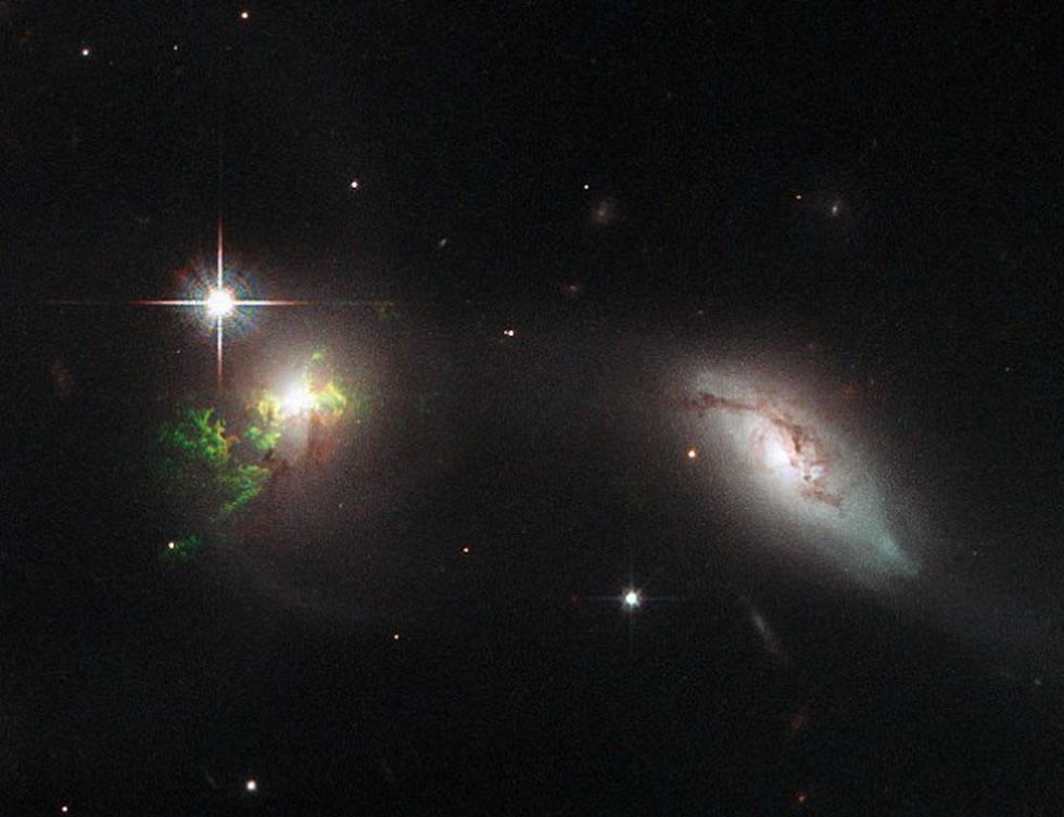 """太空中的绿色光芒如""""幽灵""""一般"""
