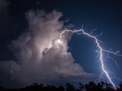 """澳大利亚拍摄到罕见""""向上""""的环形闪电"""