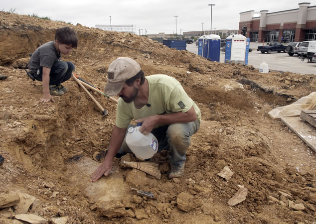 美国5岁男童跟随父亲考古 意外挖出1亿年前恐龙化石