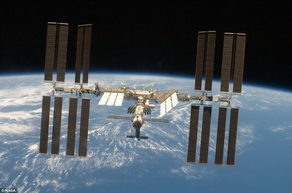在环绕地球运行过程中,国际空间站一直做着自由落体运动,上面的宇航员生活在零重力环境下。实际上,他们能够感受到大约90%的地球重力,但由于空间站始终处于自由落体状