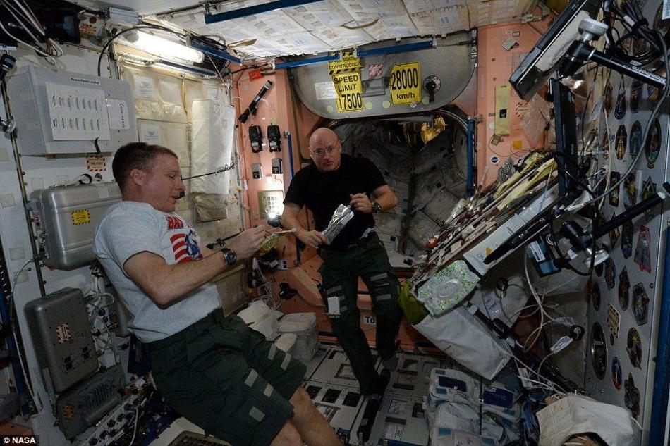 正在国际空间站上工作的宇航员特里-沃兹(左)和斯特科-凯利(右)。在这个轨道前哨,宇航员一直生活在微重力环境下。凯利将在空间站上逗留一年时间,帮助科学家了解长时