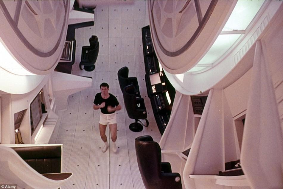 1968年影片《2001太空漫游》剧照,一名宇航员正在飞船上跑步。这艘飞船正在执行深空探索任务,通过旋转产生人造重力。美国宇航局埃姆斯研究中心的签约科学家阿尔-