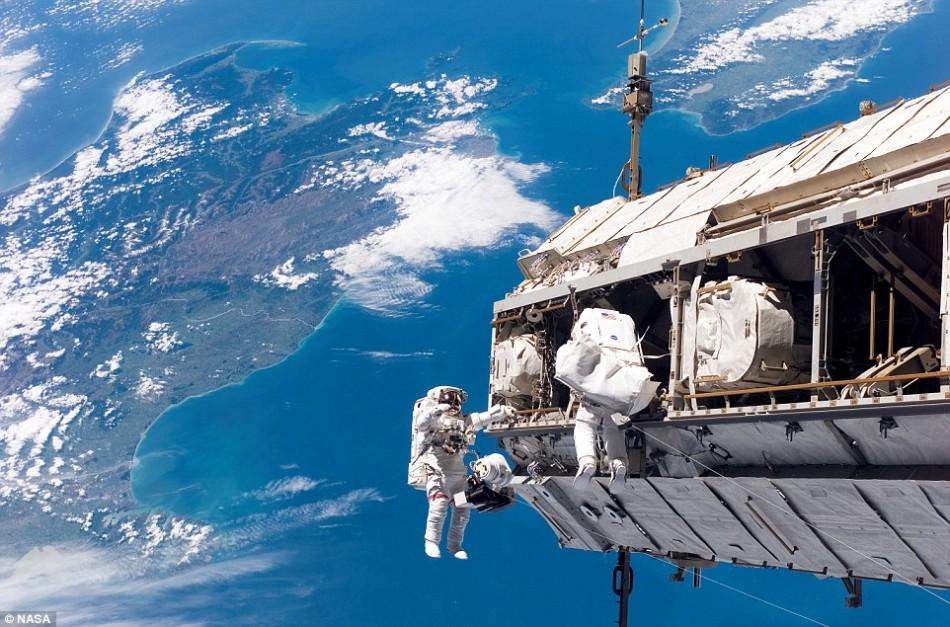 虽然空间站可以通过旋转产生人造重力,但如果进行舱外活动,宇航员仍要面临零重力环境。照片于2006年拍摄,展示了美国宇航局宇航员罗伯特-柯宾(左)和欧洲航天局宇航