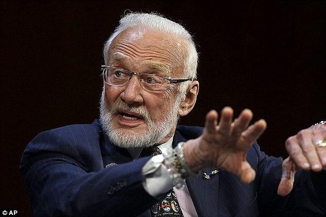 """登月第二人巴兹-奥尔德林指出他并不赞同宇航局当前的计划,即在本世纪20年代实施一项小行星任务,而后奔赴火星。他在2014年10月接受英国媒体采访时说:""""我坚决反"""