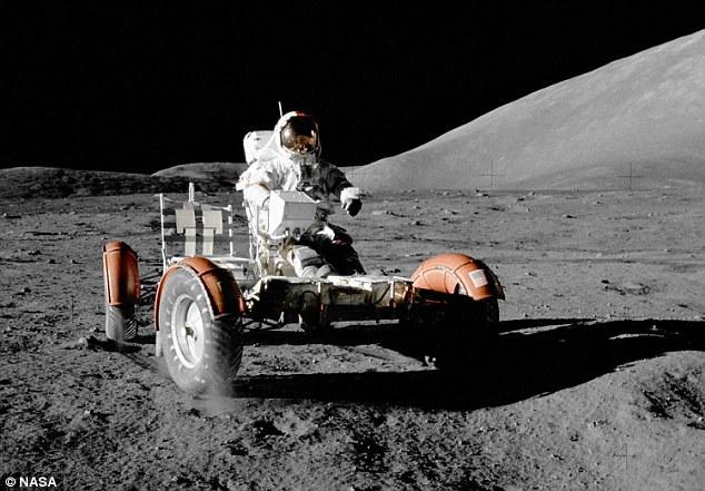 """1972年12月实施的""""阿波罗17""""号任务是最后一项探月任务,执行这项任务的宇航员是吉恩-塞尔南(如图)和杰克-施密特,他们也是最后两个登上月球的人。在此之后的"""