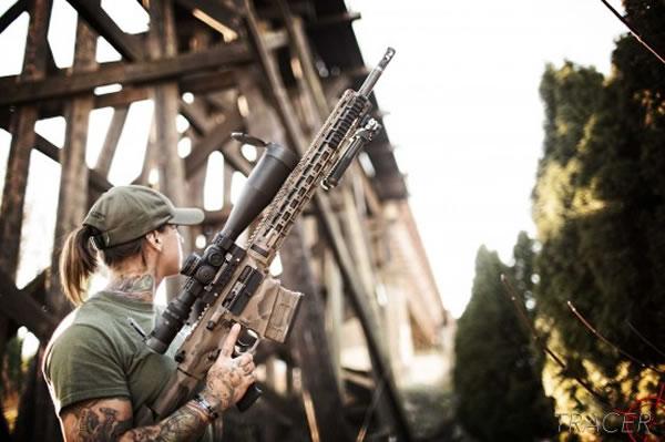 美国退役女兵身影重现非洲东部 再次拿起武器打击丛林偷猎者