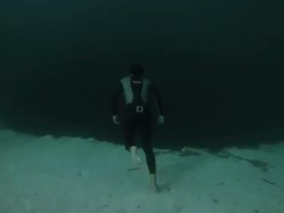 """法国潜水员潜入巴哈马群岛660呎深""""蓝洞"""""""