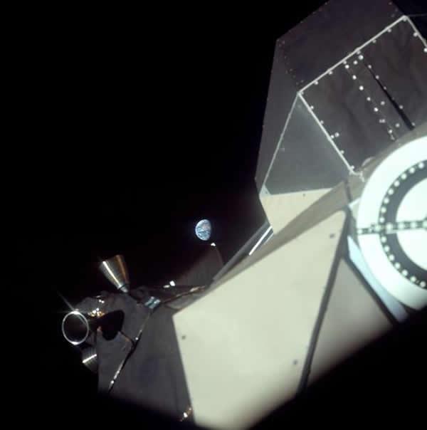 从阿波罗11号上回望地球