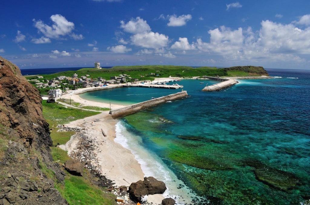 澎湖南方四岛是2014年台湾成立的第二座海洋国家公园。黑水沟旁的东吉是四个主要岛屿中最大的岛,港口外就是丰