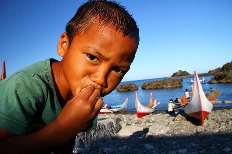 位在台湾东南海域的兰屿,当地的达悟人现今仍然使用传统的人力拼板舟,出海捕鱼。摄影:汤谷明。
