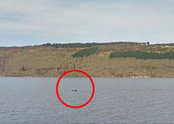 有人在其中一张尼斯湖街景照,发现湖面上出现一团拱起物体(红圈),怀疑是否水怪现身。