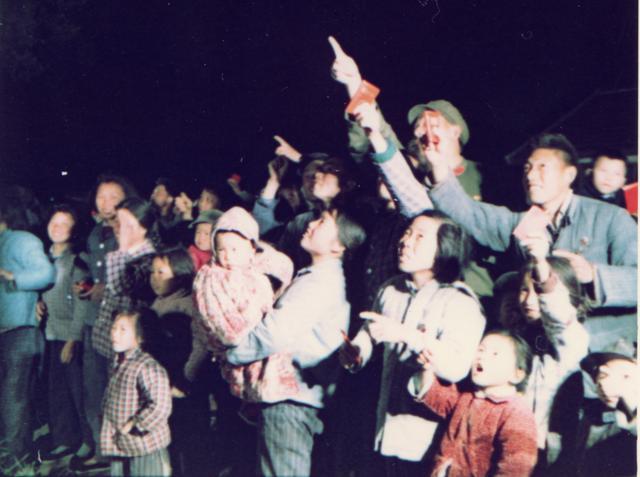 广大群众争相仰望天空搜寻东方红一号卫星轨迹