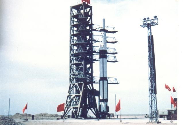 准备发射东方红一号卫星的长征一号火箭