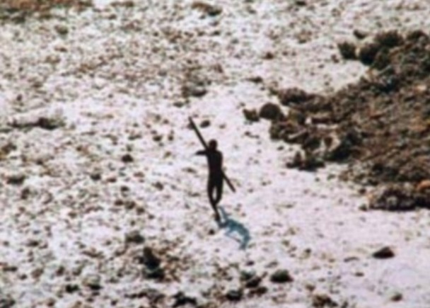 """04年海啸后,曾有人乘直升机到岛上巡视,却被一名森蒂纳尔人射箭""""回礼""""。"""