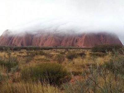澳洲乌鲁鲁大雨过后 红色巨石现罕见薄雾与瀑布