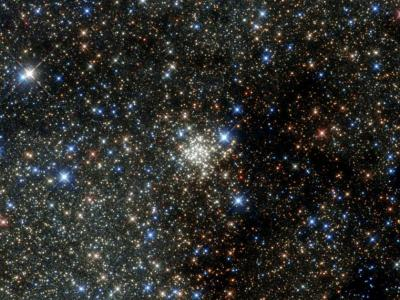 美国宇航局公布哈勃望远镜拍摄的圆拱星团