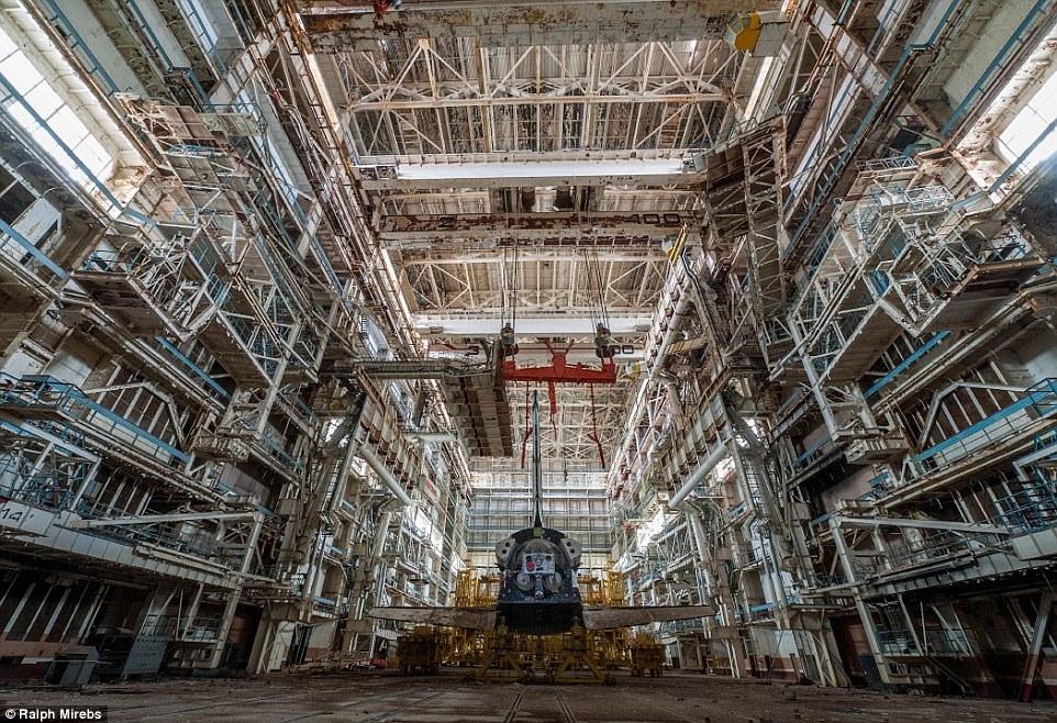 俄罗斯废弃航天飞机机库曝光 见证冷战美苏争霸