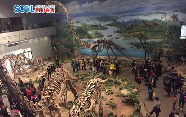 """主展馆内,18具大小不一的恐龙,根据各自不同的生理、生活特性进行了塑造和组合,让人仿佛""""穿越""""回侏罗纪时代。"""
