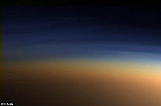 """英国伦敦大学学院最新研究显示,土卫六存在着类似地球的""""极风"""",可从大气层中抽吸气体。"""