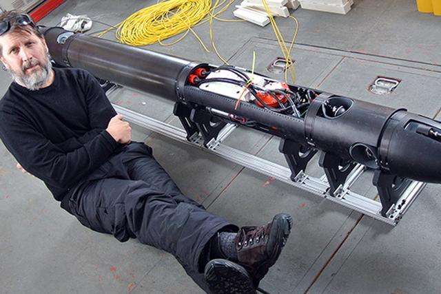 美国佐治亚州技术研究所高级工程师米克-韦斯特正在测试一种破冰机器人