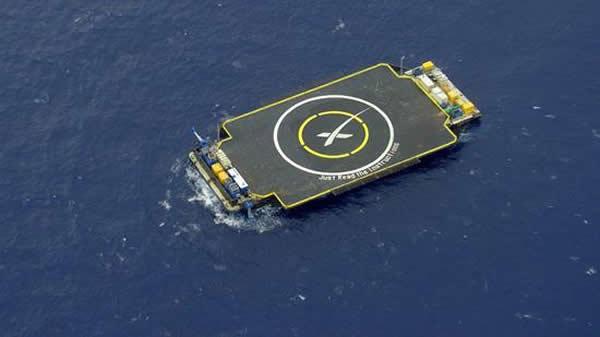 """如果试验成功,""""猎鹰9号""""运载火箭将着陆于大西洋中一个足球场大小的回收发射台上。"""