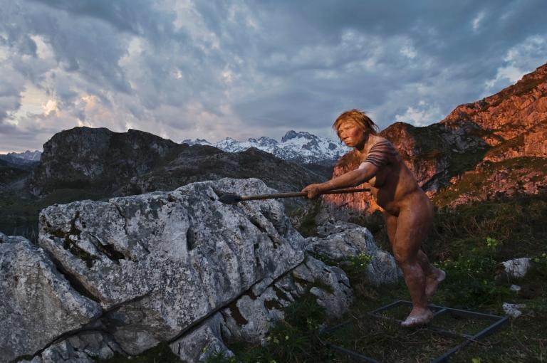 这张重建图所绘的是一个手持长矛的尼安德特女性。科学家知道现代人与尼安德特人曾经同住在欧洲,并且偶有杂交现象。 Photograph by Joe McNally