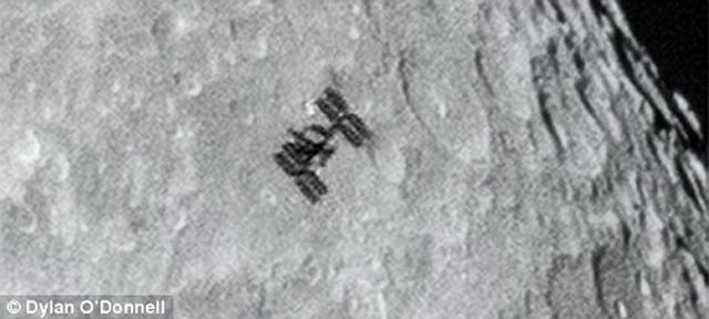 这是国际空间站掠过月球表面的放大图像,它环绕地球一周需要92.91分钟,飞行时速为27600公里每小时。