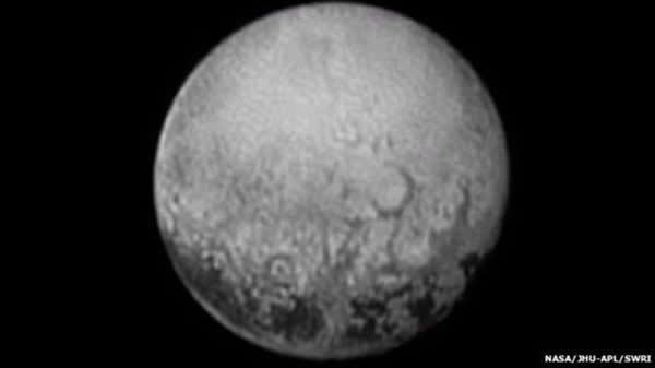 """新视野号探测器最新发回的冥王星图像,可以看到4个""""点状""""结构,它们的大小相似,并且间隔也相近"""