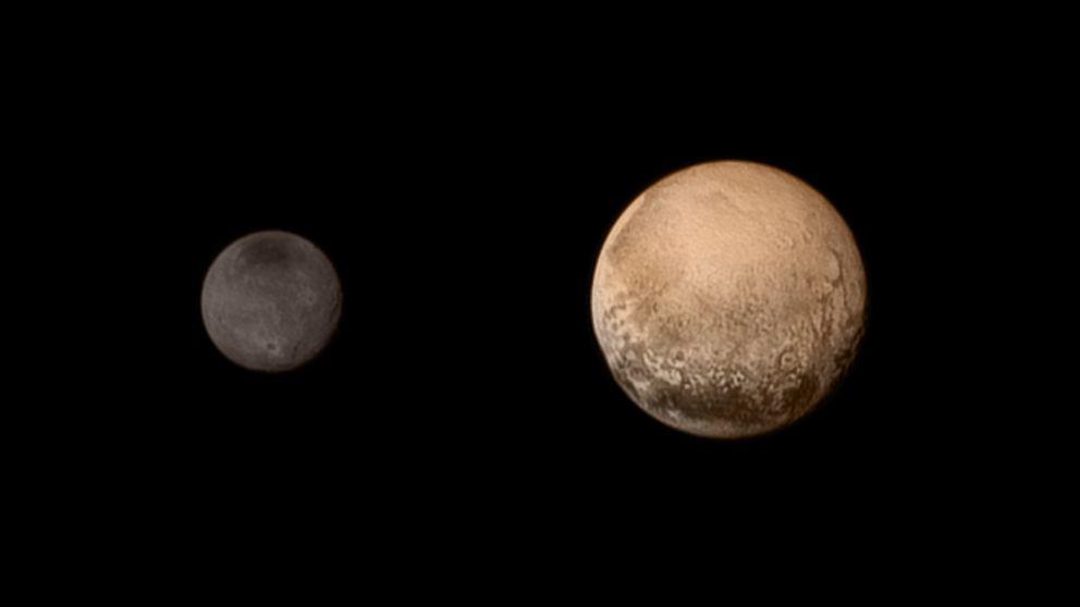 """美国""""新视野""""号探测器经历9年半太空飞行后近距离飞过冥王星"""