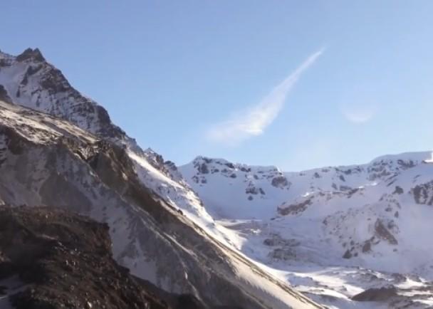 火山口冰川为当地带来一幅优美的白色景致