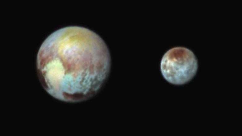 太空总署发表冥王星(左)及其卫星卡戎(右)最新照片的合成照。