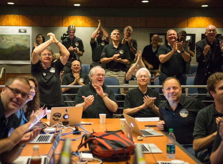 新视野号科学小组成员目睹冥王星最光亮的照片后,拍烂手掌。