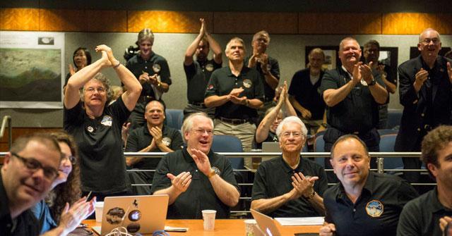"""接受到""""新视野""""号报平安讯号后,控制中心约翰·霍普金斯大学应用物理实验室(APL)科学家们鼓掌祝贺"""